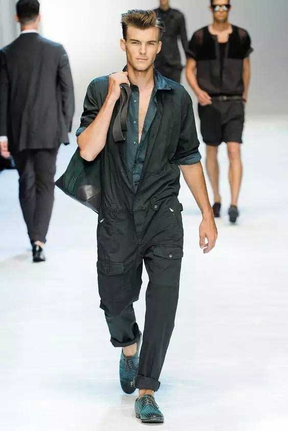 Jumpsuit-usually-has-a-long-zipper-that-is-easy-to-wear-and-can-sometimes-be-deliberately-unzipped-to-reveal-the-inside-shirt-or-bra