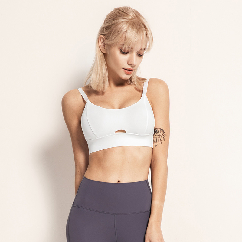 The adjustable sports bra with adjustable straps with full texture is cool and breathable, and the slim shoulder straps on the shoulders