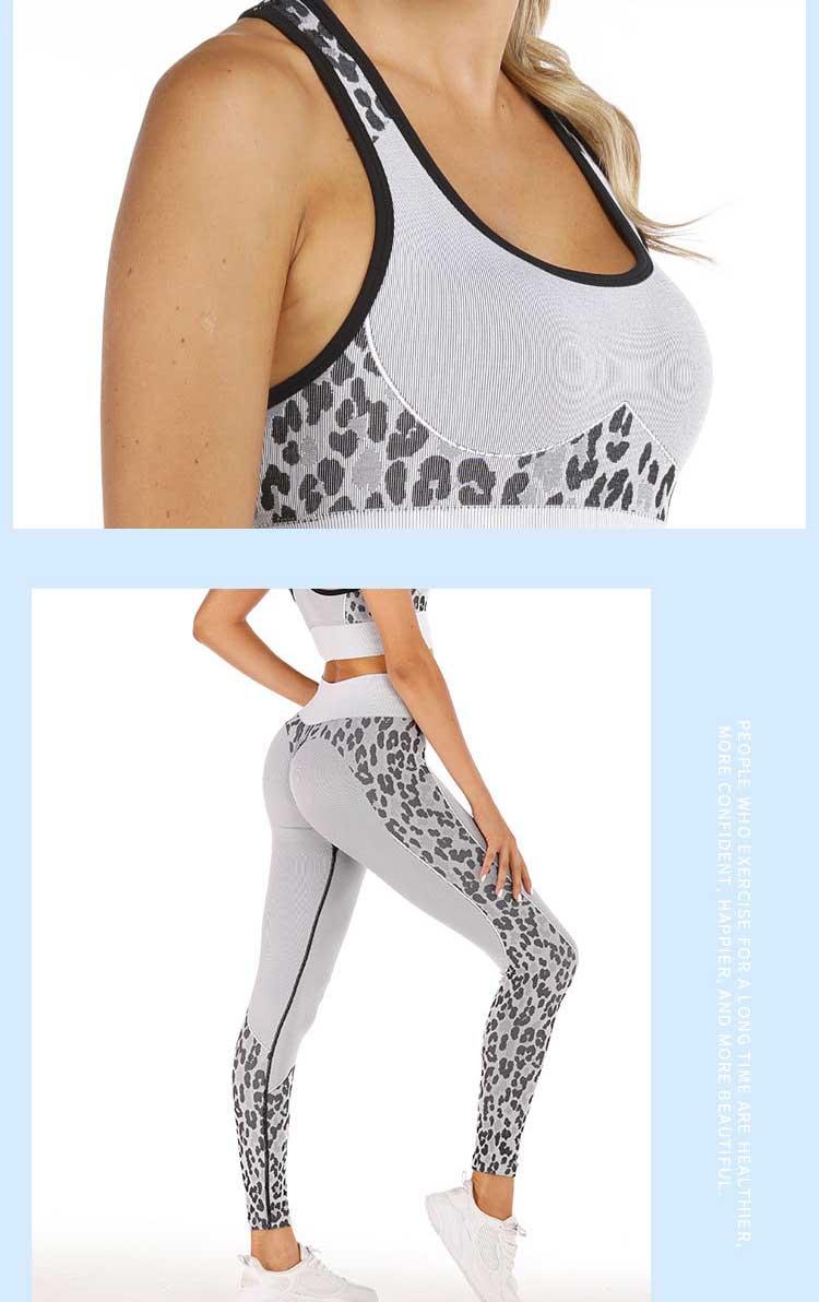 Seamless-sports-leggings-with-white-animals-design