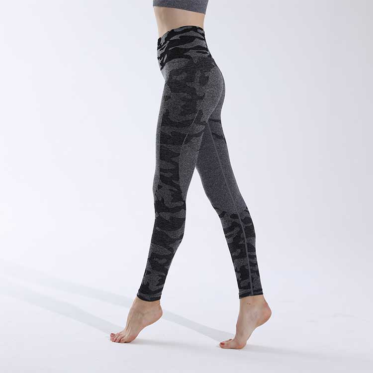 Black-seamless-leggings-with-camo-pattern-design