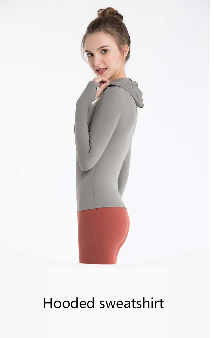 This hooded sweatshirt is padded with a refreshing solid color
